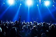 Foule concert devant brillantes lumières de la scène bleu