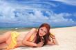コマカ島の浜辺で寛ぐ女性