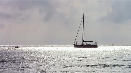 barca a vela all'ancora in un mare d'argento