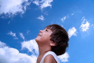 bambino che guarda verso il cielo