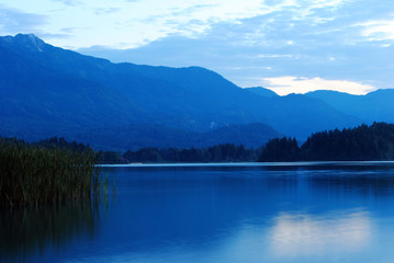Blaue Stunde am Seeufer