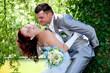 couple de jeunes mariés heureux
