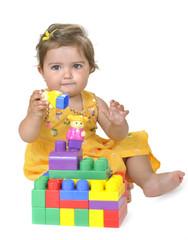 Jugando con los bloques de colores.