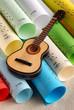 chitarra e spartiti musicali colorati