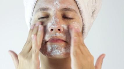 Joven aplicando crema para cuidado facial HD1080