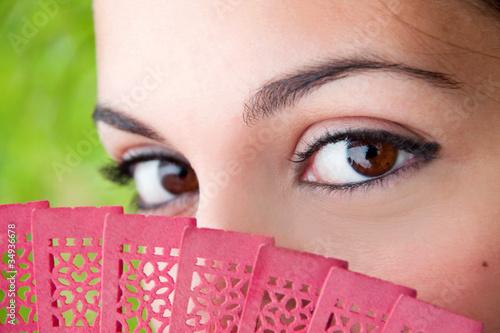 Mujer andaluza mirando de perfil