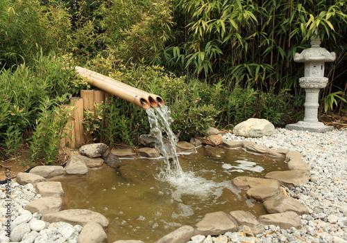 Fontaine en bambous sur bassin aquatique de jardin photo for Bassin fontaine de jardin en pierre