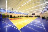 pohled z rohu modrá žlutá uvnitř osvětlené školní tělocvična sál