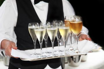 Kellner serviert Sekt und Wein