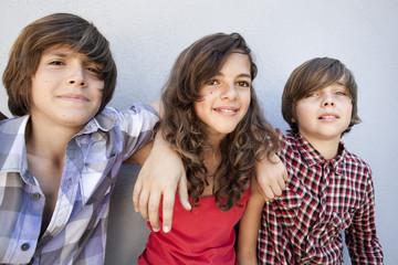 trois jeunes enfants amis insouciants