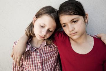 deux jeunes gamines tristesse
