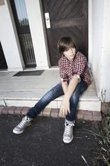 jeune garçons assis solitude