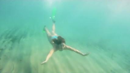 ragazza nuota sott'acqua