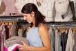 verkäuferin in einer boutique