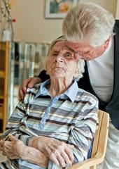 Alte Dame und Sohn im Pflegeheim (Alzheimer)
