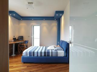 moderna camera da letto con letto di stoffa blu