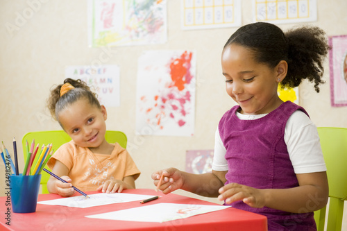 Jeunes enfants en classe de maternelle