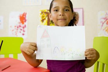 Jeune fille montrant son dessin