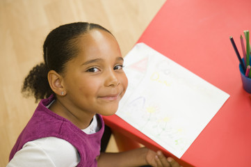 Portrait d'une jeune fille ayant dessiné