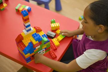 Construire une maison avec un jeu de construction