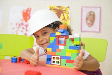 Enfant jouant avec des jeux de constructions