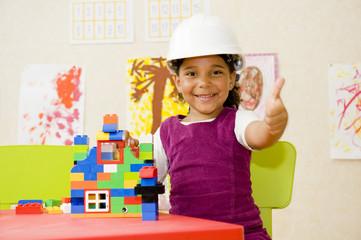 Jeune fille jouant à un jeu de construction