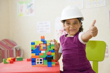 Jeune fille à l'école jouant à un jeu de construction