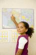 Cours de géographie - jeune fille montrant Paris sur une carte