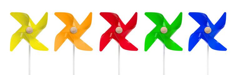 farbige Windmühlen in einer Reihe
