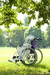 車椅子と松葉杖