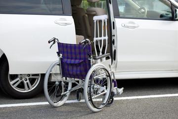 車椅子と自動車