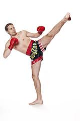 Boxer - Kickboxer - Kampfsportler mit bösem Blick beim Tritt