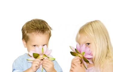 2 Kinder mit einer Seerose