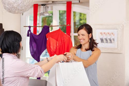verkäuferin in der boutique