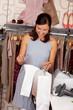 lachende kundin schaut in die einkaufstüte