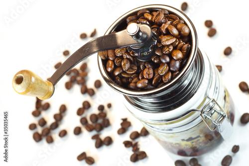 reczny-mlynek-do-kawy-na-bialym-tle