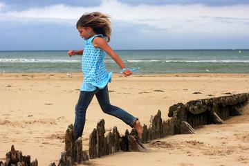 Petite fille, plage et liberté