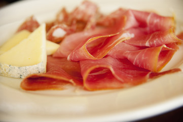 Foto: Close up of cheese and prosciutto
