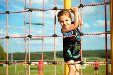 Kind auf der Seiltreppe