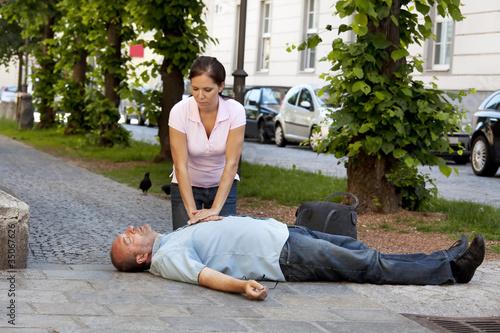 Mann hat Herzinfarkt oder Schlaganfall - 35067626