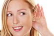 junge Frau beim zuhören