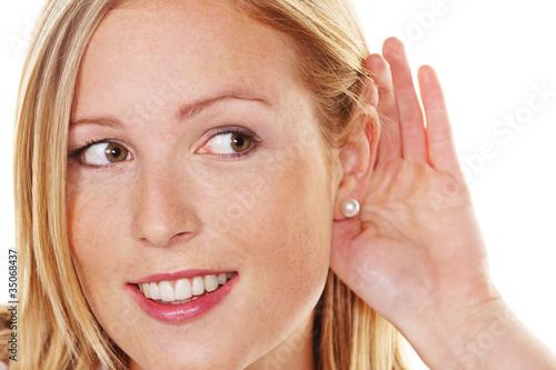 junge Frau beim zuhören - 35068437