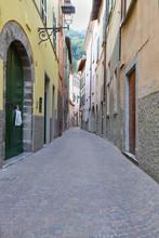 Schmale Gasse in Torno, Italien