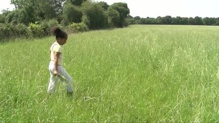 Enfant dansant dans la nature