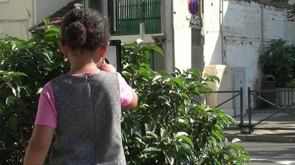 Enfant appuyant sur l'appel piéton