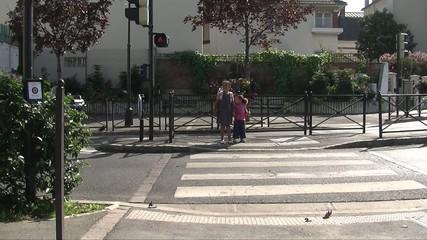 Enfants qui traversent une rue