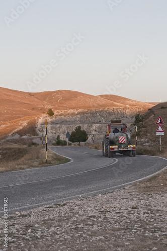 Strada montagna con trattore