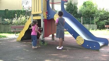 Jeunes filles jouant dans un parc