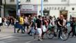 Menschen am Fußgängerübergang