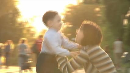 Маленький мальчик бежит к матери 2